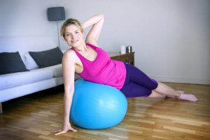 Woman practicing gym at home. Reporters / BSIP